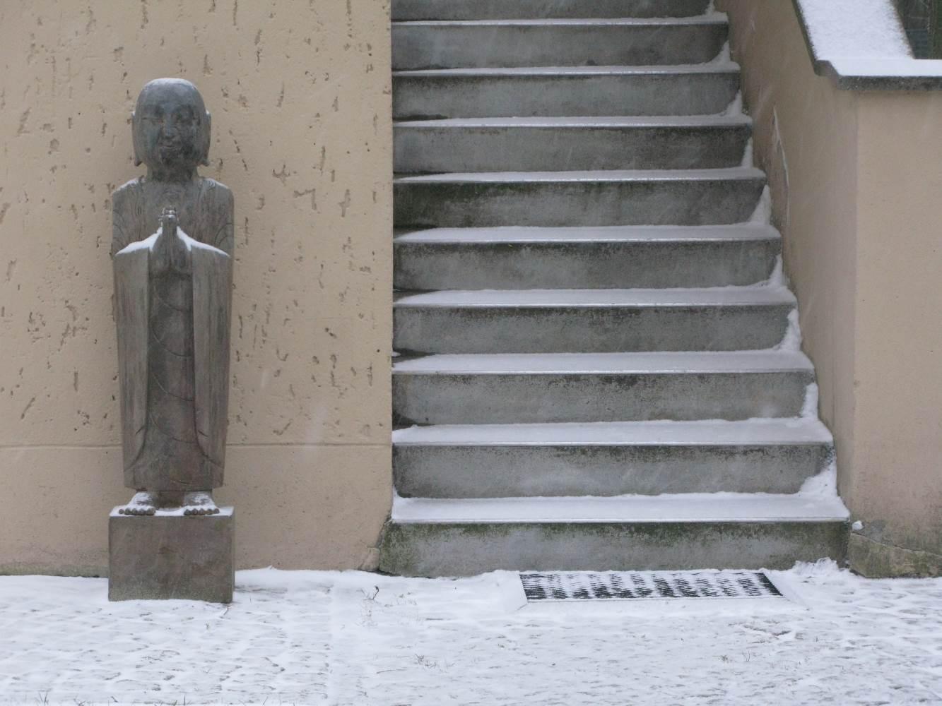 Buddha friert vor der Tür © Lars Baus 2013